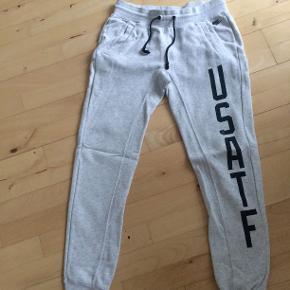 Tykke sweatbukser fra Nike. Har nogle enkelte pletter, som dog ikke umiddelbart ses. Ellers ingen slid eller anden tegn på brug.