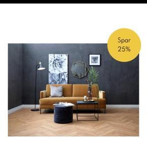 Fluente sofa og puf fra ILVA. Fra efteråret, sælges stadig på ILVAs hjemmeside. Hul i stoffet under sofaen, ses ikke.