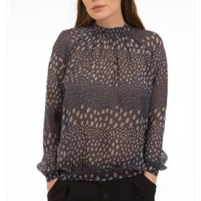 Varetype: Bluse Farve: Grå Oprindelig købspris: 999 kr.  Secondat Female Fabia bluse i grå/blå Brugt 2 gange / som ny