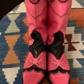 jeg sælger mine smukke ganni støvler, som jeg har været meget glad for. dette synes også på støvlernes lak og på undersiden - men jeg synes ikke at brugssporerne er noget man rigtig lægger mærke til 🍿 men spørg endelig for flere billeder eller hvis der er spørgsmål :))