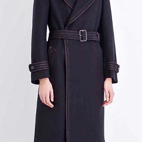 Helt, helt fantastisk smuk Joseph uld frakke. Så lækker, eksklusiv og klassisk i sit udtryk. Er. desværre købt for stor og sælges derfor. Frakken passer en størrelse 38 og fremstår helt ny med tags.