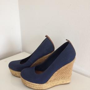Flotteste sko med kilehæl / højde målt bagtil ca. 12 cm / foran ca. 3 cm/ brugt få gange