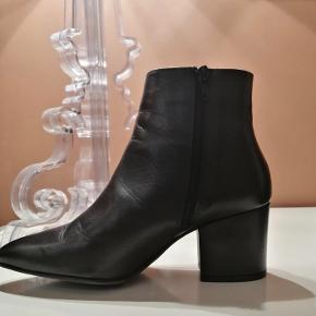 Super fine støvler købt herinde, men har inden de blev leveret fundet nogle andre :)  Kender ikke mærket, sælger skrev Bianco, så måske Bianco :)   Bytter meget gerne med flade sko :)