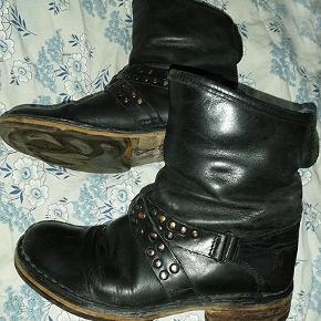 Dejlig lækker sort skindstøvle fra fly, brugt men i god stand.  porto 44 kr
