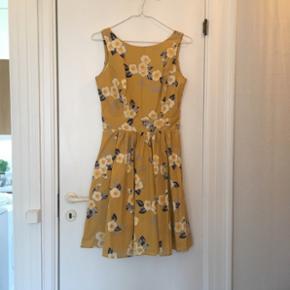 Smuk swing dress fra Lady Vintage, London. Har lynlås bagpå, matchende bindebånd i taljen og fuldt cirkelskørt.   Kjolen er aldrig taget i brug - blot vasket en enkelt gang 😊  Nypris: 550 kr. plus porto fra England. Min mindstepris: 250 kr.