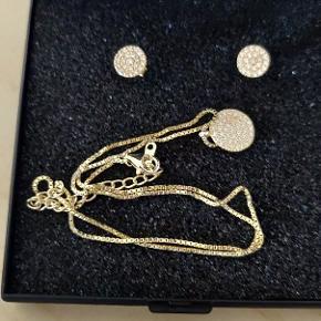 Guldbelagt smykkesæt samt et par øreringe.