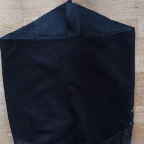 Specielt design. Skind foran, strecht stof bag. Elastiktalje. Har aldrig været taget i brug. Pris uden evt porto og gebyrer.