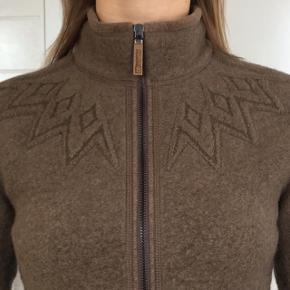 Skøn uldsweater i høj meget kvalitet med 75% uld (Virgin wool) 🐏 med skønne motiv-detaljer  25% polyester  Nypris: 1.300 kr - aldrig brugt, men mærket er taget af.  Skøn pasform og dejlig varm ✨  Passer godt til alle udendørs aktiviteter - ridning, vandretur, eller bare ud i det danske vintervejr 💁🏼♀️  Str M - passer generelt S-M, da 66 North kan være lidt små i størrelsen.
