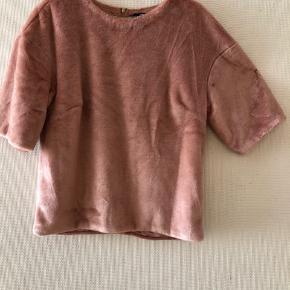 Lyserød pels t-shirt fra H&M. Brugt få gange. Byd.