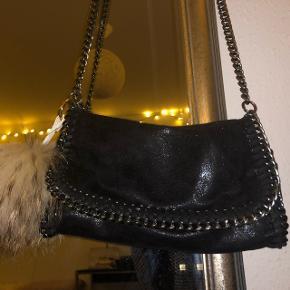 Sælger denne smukke glimmertaske med kæde som rem. Den er ikke brugt spor meget og sælges derfor.   Er åben for alle bud