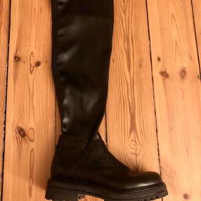 Overknee læderstøvler med chunky sål a la Bottega Veneta og Vagabond. Langt skaft i det blødeste læder, som åbnes med lynlås ved anklen.  Købt i Berlin.   Fantastiske at gå i men får dem ikke brugt da jeg mest opholder mig på legepladser med mit barn 🥳