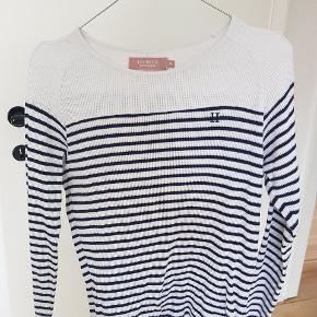 Stribet bomuld trøje i flot strik stof. Den er tyd og er en hverdags top. Blå og hvid  Mærke les deux Jeg er 34-36  Den er størrelse xs men kan godt passe en S.