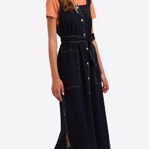 Fantastisk flot kjole fra Wood Wood. Modellen hedder Charlotte, og den er ideel til sommer. Nyprisen var 1800, så du sparer 1300 kr! Kjolen har lidt fnuller hist og her og en mikroskopisk plet under den ene lomme, derfor den lave pris.