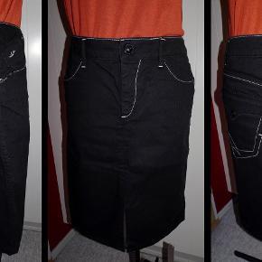 Sort cowboynederdel  98 % bomuld 2 % elastan  Linning: 42*2 cm Længde: 59 cm  nederdel Farve: Sort