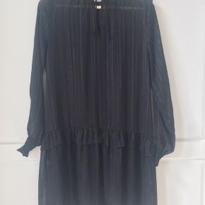 4a5d8408421e Smuk sort kjole fra Neo Noir