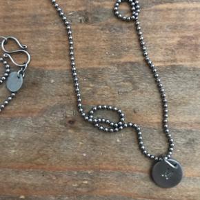 60 cm Kuglekæde og M tag i rhodineret sølv fra Jane König. Kan sælges hver for sig.