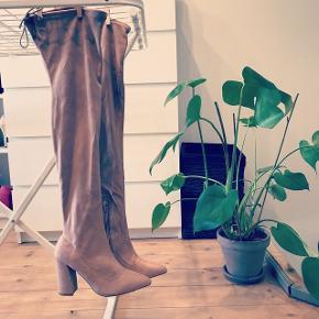 Smukkeste overknee støvler, i den fineste sarte/støvede rosa farve💁🏼♀️ (farven er meget svær at fange på billeder) helt nye, aldrig brugt! Str. 37,5 men er stor i størrelsen