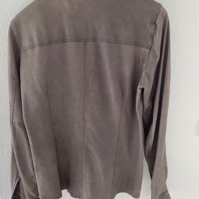 Super cool skjorte i lækkert blødt skind, str 40