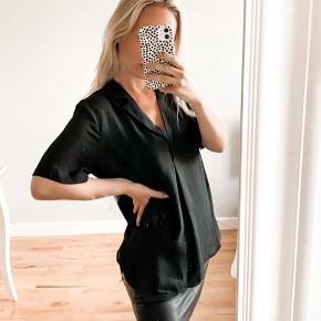 - sød skjorte fra Vila  - passer en xs til s/m da den er løs/ oversize  - klassisk og enkel