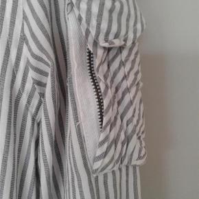 Varetype: Mænd skjorte Farve: Se billeder. Hvid/grå Oprindelig købspris: 1000 kr. Prisen angivet er inklusiv forsendelse.  Lækker skjorte fra Diesel.  Rigtig god til sommeren.  Mange gode detajler bl.a lomme på ærmet.  MOBILEPAY foretrækkes.  Sendes med DAO uden omdeling ( forsikret forsendelse )  Prisen er ikke til forhandling og nej tak til byttehandler.