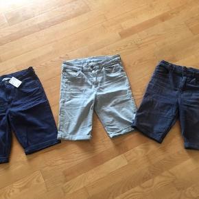 H&M shorts str. 170  Livvidde 42-43x2cm Justerbar elastik    Et par mørkeblå der er helt nye. De andre blå er brugt en del og blevet falmet. De grå kun brugt et par gange.  Lækkert blødt stof. Nypris 500kr  Sælges kun samlet   Gls 45kr