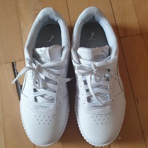 Nærmest nye sko, de er prøvet 1 gang, men da de ikke passer sælges de :)  De er lige duppet for at se helt fine ud og fremstår som helt nye.  Ny pris var 550kr men vil gerne sælge til 350kr :) ellers byd :)   De er med soft foam indeni :)