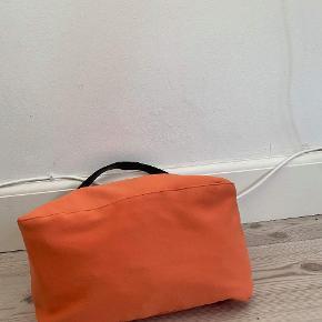 Fendi baguette mamma  Tasken er blevet brugt, men har minimale brugsspor. Generelt rigtig fin stand Måler ca 24 x 18 x 10 cm med justerbar skulderrem med et shoulderdrop på op til 25 cm. Farven er en rødlig orange Kan sendes over Trendsales 📦