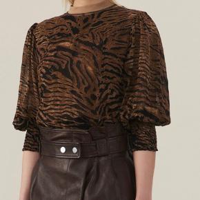 Sælger denne fine Ganni bluse med bindebånd. Kan bruges begge veje på :-) er brugt 2 gange.