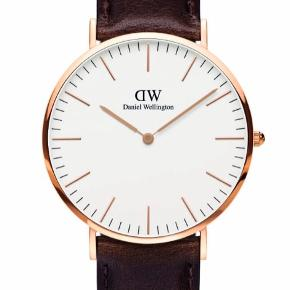 Sælger dette fine ur fra Daniel Wellington, da jeg har fået nyt ur. Uret bliver solgt med både læder rem, men også med den anden vist på billedet. Nypriserne er 1000 kr ( for selve uret) og 200 kr ( for exstra rem). ✨