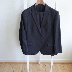 Tiger Of Sweden Henrie Wool Suit Semi-slim fit suit in microstructured wool Made in Europe  Blazer with slightly wider notch lapels Size 56 - Length and arms tailored to fit a 168 cm person  Malthe trousers featuring low waist and semi-slim leg Size 54 - Legs tailored to fit a 168 cm person
