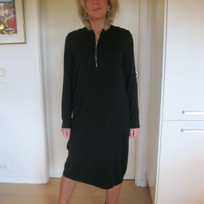 Mega lækker viskose kjole, sidder så flot på kroppen. Let oversize. Sælger for veninde 150pp