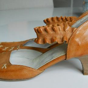 Bytter ikke! Plus pakkeporto kr. 45,- uden omdeling, forsikring, DAO. Købspris: 1.698 kr. Smarte sko fra Gidigio str. 37. Remmen der går over vristen er med elastik. Skoene fremstår i pæn stand.