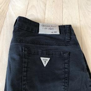 Sorte bløde Guess jeans str 27 med fine knap detaljer