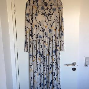 Smuk kjole fra envii. Sælges da jeg desværre ikke får den brugt