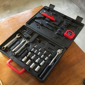 Værktøjskasse med diverse værktøj.   Kun værktøj på billedet medfølger.   Giv et bud 😊