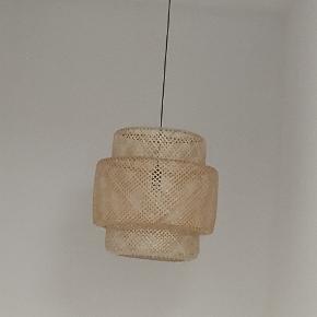 Sælger denne smukke lampe, da den er for stor til mit nye værelse. Der medfølger en lyspære. Skal afhentes på Nørrebro.