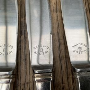 12 stk. Raadvad knive i pletsølv og rustfristål. Længde 25 cm. Knivene er i rigtig flot stand, dog har den ene kniv en lille skjold på bladet(se billede 3) Sælges samlet 650,-kr