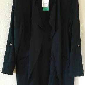 Ubrugt sort sommerjakke fra H&M i blød lyocell i str 42. Brystmål: 2x55 cm, længde: 85 cm. Bytter ikke. Sælges for 238 kr inkl porto. Se også mine andre annoncer!!!