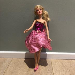 Barbie  Kjole der kan blive lang ved tryk på knap.