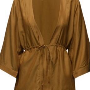 Bytter ikke Bredde:56 cm*2 Længde:71 cm Ærme fra armhule:31 cm Kimono cardigan