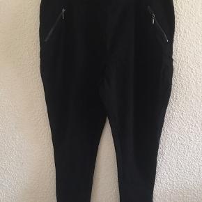 Ankel lange bukser med bred elastik i livet og pynte lommer i siden , de er aldrig brugt men uden mærker på. De er fra mærket New look curves  Prisen er fast