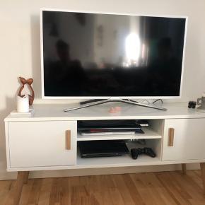 Lækker tv-bord med flotte ben.  H: 55,5 cm  D: 39,5 cm  L: 125 cm   Hent selv.