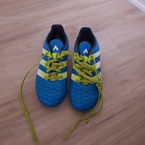 Adidas fodboldstøvler i str. 33 De er i fin stand. De er fra røg og dyre fri hjem. De kan afhentes i 6700.