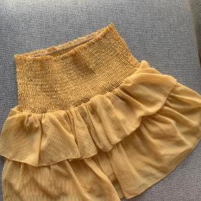 Super fin nederdel fra Neo Noir, der kun har været brugt en enkelt gang. Jeg har også en matchende bluse til salg🌼