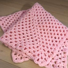Nyt hjemmestrikket babytæppe i lyserødt