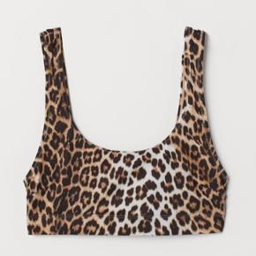 Ny pris for overdel og underdel tilsammen er 160 danske kroner. Bikini sæt🐆 Aldrig brugt, helt ny med prismærke.