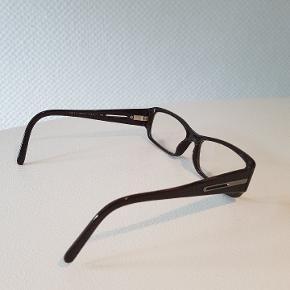 Dette er en almindelig brille.  Venstre glas er dd. målt af optiker til - 2,5 Højre glas er dd. målt af optiker til - 2,5  Farven er sort/Brun.