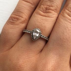 Sælger min fine ring fra Pandora, da den ikke bliver brugt. Den er i fin stand og brugt meget lidt. Str 50 Mp 300