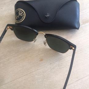 Sælger disse fede rayban solbriller i sorte og guld. Ingen ridser og i rigtig fin stand☺️ kom med et bud