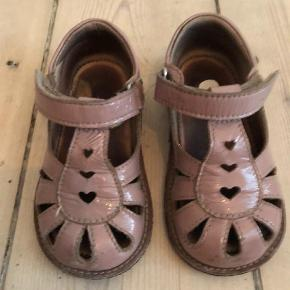 Varetype: Sandaler Farve: Nude  Pæne men brugte sandaler fra Angulus i str. 22.   Sendes hvis køber betaler porto.   Bytter ikke.